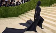 Ким Кардашян шокировала своим появлением на Met Gala в черном образе с ног до головы: фото