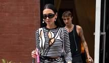 Дуа Липа прогулялась по Нью-Йорку в костюме с вырезами: стильные кадры