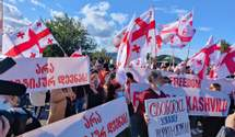 Под тюрьмой, где находится Саакашвили, состоялась акция в поддержку политика: видео митинга