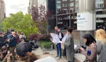 """Пригласили на пресс-конференцию, которой не было: журналисты протестуют под """"Укрэксимбанком"""""""