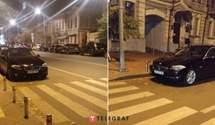 """Російський дипломат нахабно запаркувався біля """"зебри"""" у центрі Києва"""