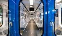 У Києві пара проїхалася між вагонами метро заради фото