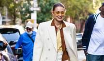 Гардероб зірки: Джіджі Хадід показує молочне пальто, яке поєднала з розмальованими штанами