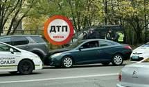 У Києві зухвалі водії влаштували перегони з поліцією і спровокували дві аварії – кадри автотрощ
