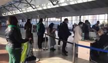"""На вокзалах Киева – аншлаг за тестами, а водители """"воюют"""" с полицией: эксклюзивные кадры"""