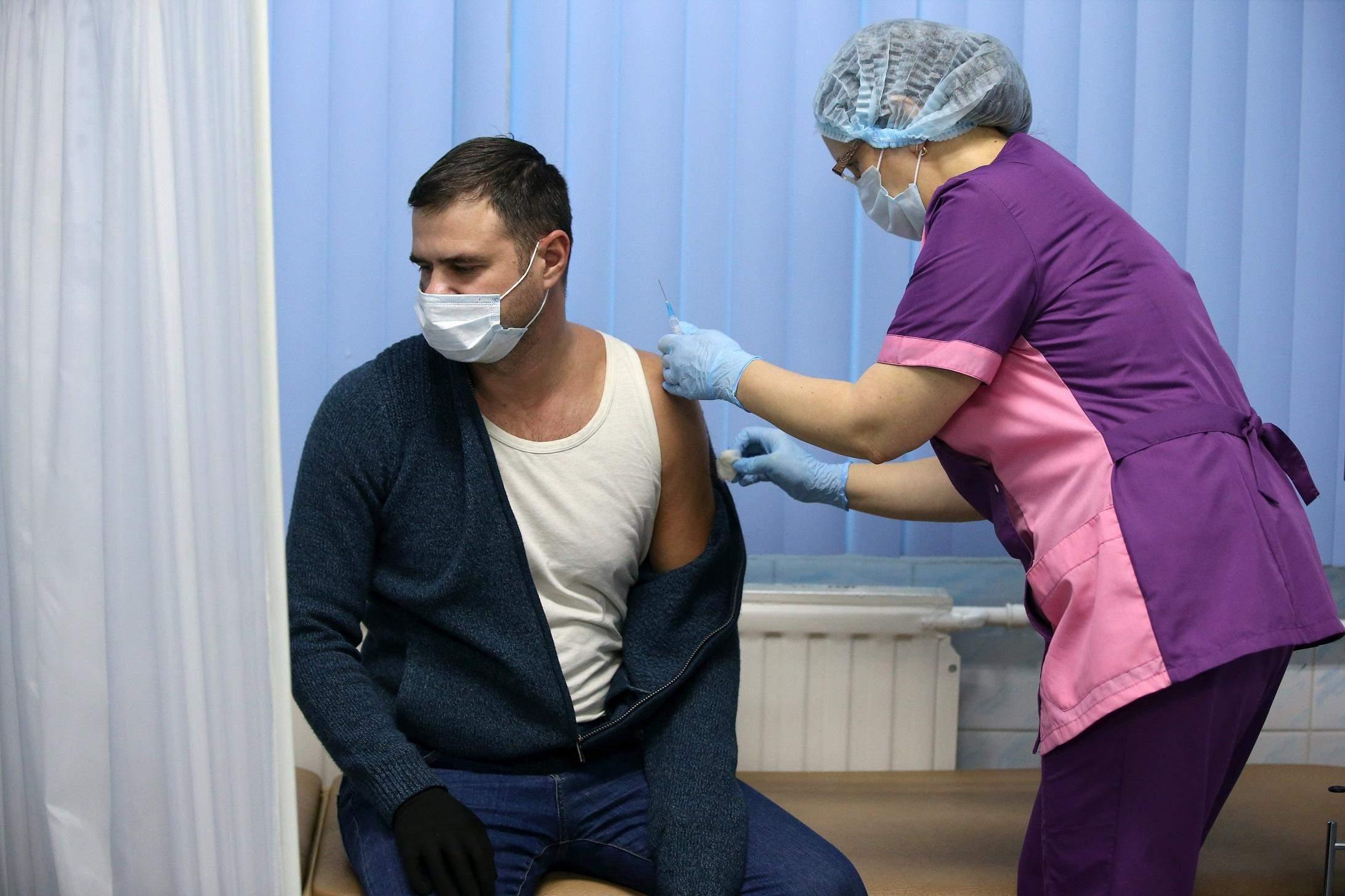 """Росіяни скаржаться на побічні ефекти від вакцини """"Супутник V"""""""