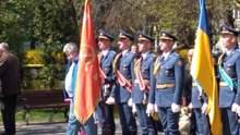 Києвом пройшли українські військові під прапором з гербом СРСР: фото