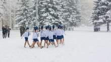 В России во время снегопада школьников вывели маршировать в летней одежде: фото