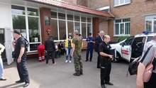 Біля однієї з українських шкіл, де потруїлися діти, виявили балони із невідомим газом