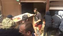 В Киеве активисты С14 крушат киоски на рынке, где избили пенсионера