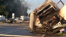 Страшна ДТП на Житомирщині: фура розтрощила ВАЗ, є загиблі, водій втік – фото, відео 18+