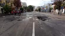 """Величезні провалля, розмита дорога і """"море"""": ранкові фото наслідків зливи у Києві"""