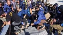 В ход шли петарды и газ: стычки из-за незаконной застройки Ланжерона произошли в Одессе