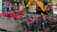 """""""Джакузі серед двору"""": понад 300 труб прорвало у Києві через відновлення постачання гарячої води"""