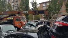 Масштабна ДТП в центрі Києва: підйомний кран протаранив щонайменше 7 автівок