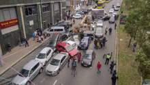 Аварія в Києві на Лесі Українки: з'явилося відео, як кран протаранив близько 20 авто