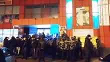 """Інцидент у торговому центрі """"Дарниця"""" в Києві: ймовірні рейдери досі перебувають у будівлі"""