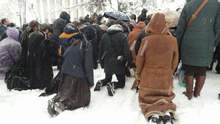 Віряни УПЦ МП на колінах в снігу влаштували безстроковий молебінь під Радою: фото