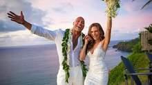 Актер Дуэйн Джонсон женился на Гавайях: романтические фото пары