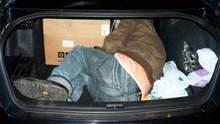 Катували чоловіка і зачинили в багажнику: 2 поліцейським з Київщини оголосили підозру