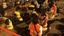 Поліція затримує медиків, щоб не допомагали пораненим: фото та відео бурхливих подій у Гонконгу