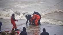 Водолази евакуюють моряків з танкера, що тоне поблизу Одеси: драматичні фото