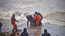 Водолазы эвакуировали моряков с танкера вблизи Одессы: драматические фото и видео