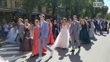 Со спущенными масками и сотнями зрителей: в Тернополе проходит парад выпускников – фото, видео