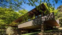 Дерево, бетон, стекло и шифер: как построить бюджетный, но просторный дом – пример