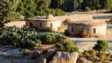 Грубый интерьер и сухая пустыня: в Эфиопии построили каменные лоджии – фото