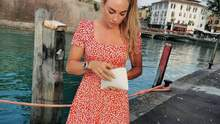 Самая красивая биатлонистка мира показала роскошный бюст в соблазнительном платье: фото