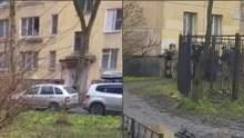В российском Колпино мужчина держал в заложниках 6 детей и грозил, что зарубит их топором: видео