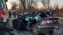 У Кривому Розі у смертельній аварії зіштовхнулися автобус та 2 легковики: фото