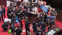 Бои в парламенте Тайваня: премьера забросали свиными потрохами – фото, видео