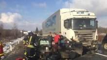 На Закарпатті легковик влетів у вантажівку: загинули щонайменше 4 людей – фото, відео