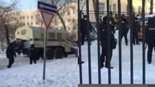 Автозаки та десятки поліцейських: як обирають запобіжний захід Навальному – відео