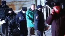 Навального вывезли из полицейского отделения в СИЗО: фото, видео