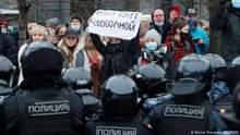 Вийшло мало людей, а багато голосують за Путіна, – Пєсков про протести в Росії