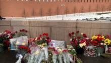 Годовщина убийства Немцова: россияне устелили цветами мост возле Кремля