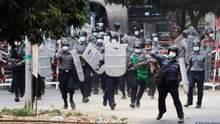 В Мьянме возобновились протесты: силовики стреляют и разгоняют людей – видео