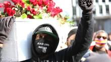 З труною та квітами: у США люди вийшли на акцію перед судом щодо вбивства Флойда – фото