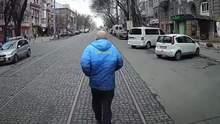 Опоздал и показал средний палец: в Николаеве мужчина устроил гонки с трамваем – видео