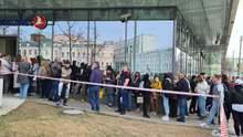 Закрите авіасполучення: росіяни стоять у довгих чергах, щоб здати свої квитки в Туреччину