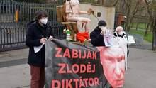 Під посольством Росії у Чехії встановили статую Путіна на золотому унітазі: фото