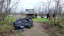 Ліквідував звалище секонду: дніпровський активіст прибрав смітник з одягом – фото, відео