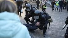 Б'ють електрошокерами: у Росії жорстоко затримують людей на мітингах за Навального – відео