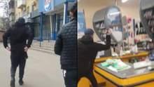 У Маріуполі чоловік сокирою розгромив супермаркет, захищаючи дружину: відео 18+