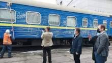Укрзалізниця показала данцю як миють вагон: раніше він вимив одне вікно самостійно