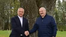 """Тоже поддерживает страусов: Лукашенко показал Додону """"любимый дворец"""""""