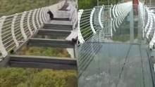 Оказался в ловушке на высоте 100 метров: в Китае турист застрял на подвесном мосту